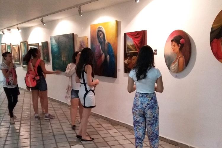 Grupo durante visita a uma exposição temporária