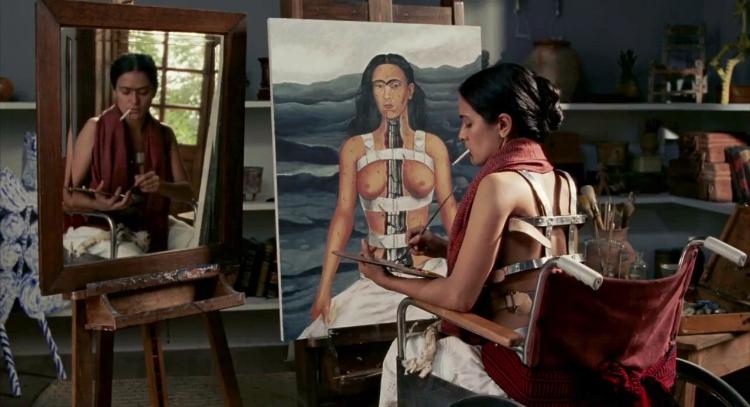 Frida Kahlo pinta mais um autorretrato, expressando sua dor, em uma das cenas do filme