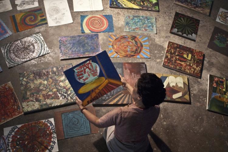 Em uma das cenas mais belas do filme, Nise avalia as pinturas produzidas por seus 'clientes'