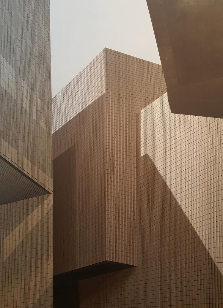 Duas das obras mais recentes de Hildebrando de Castro:  'HKMA #4' (2016), acrílica sobre tela