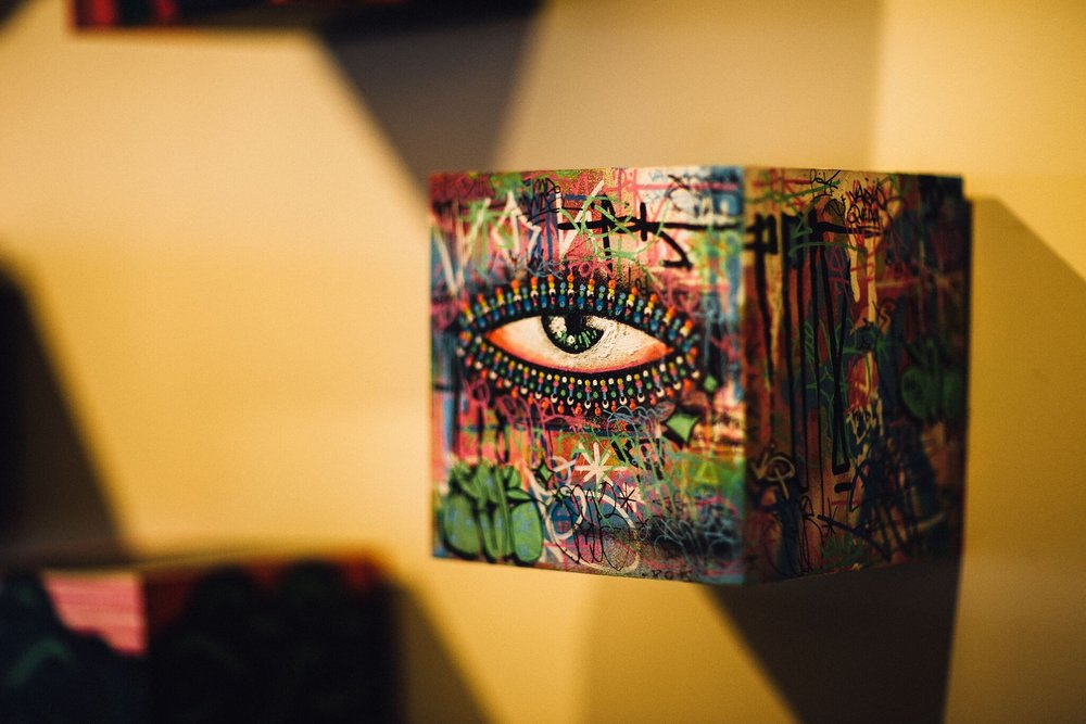 Nos últimos anos, a arte de Pok passou a ocupar também espaços tradicionais da cena artística, como galerias de arte
