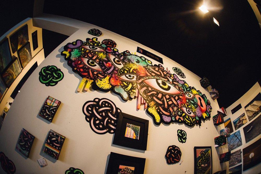 O artista começou a experimentar novas técnicas e a grafitar em diferentes suportes, como telas de madeira