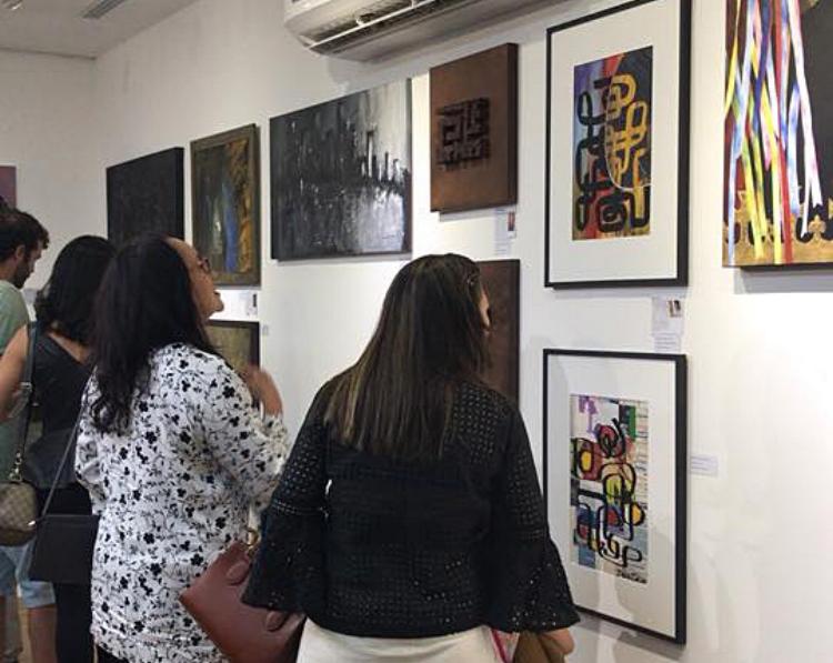 Público prestigia as obras da exposição na noite do vernissage