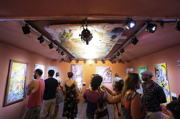 Público confere as pinturas de Gil Leal durante abertura da exposição
