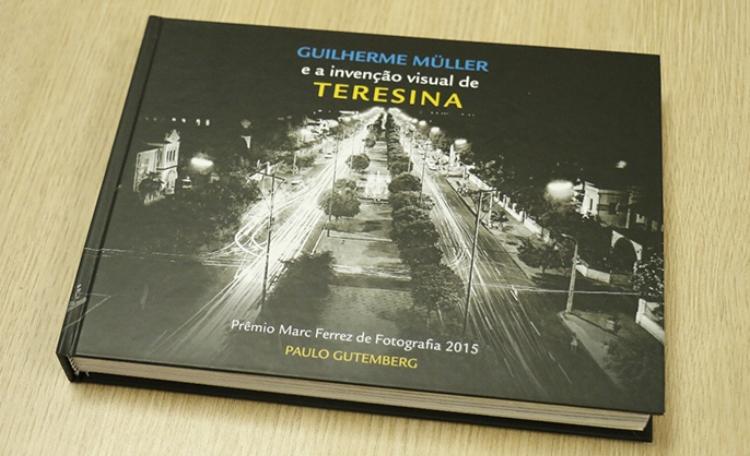 Livro publicado pelo fotógrafo Paulo Gutemberg, que venceu o Prêmio Marc Ferrez de Fotografia 2015. O livro apresenta fotos antigas de Teresina, sob o olhar do também fotógrafo Guilherme Müller