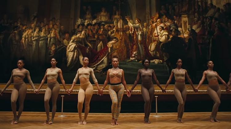 Beyoncé e suas bailarinas dançam em frente ao quadro   'A Coroação de Napoleão'  (1807), de Jacques-Louis David. É interessante perceber como os movimentos desses corpos negros se colocam como referência à cultura negra, diante de uma pintura encomendada pelo próprio Napoleão