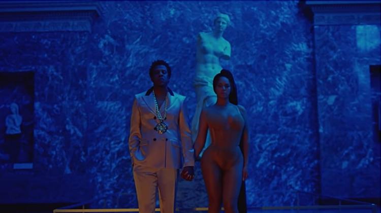 O casal Carter e a Vênus de Milo, a deusa do amor e da beleza. O traje de Beyoncé revela as curvas de seu corpo e a aproxima da nudez da estátua grega, num diálogo (ou enfrentamento) direto com o padrão estético clássico de beleza