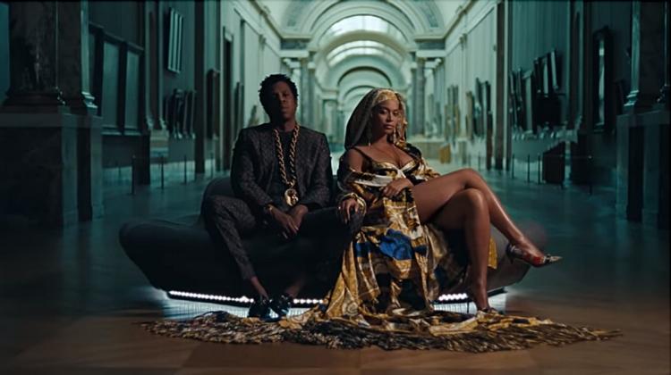 Em diversos momentos do clipe, Beyoncé faz referência à cultura negra, enchendo o Louvre de negritude. No vídeo, é possível ver também as raríssimas vezes em que personagens negros figuram nos quadros, geralmente em papeis de sujeição
