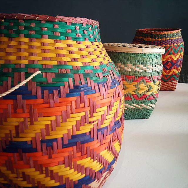Das riquezas que a gente encontra no Memorial dos Povos Indígenas (DF): cestos feitos com talo de aruma, do povo Wayana-Aparaí, do Pará. Quero um de cada cor. 😍