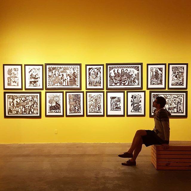 A parede mais linda da exposição 'J. Borges 80 Anos'! Vocês também acham que a xilogravura em preto e branco é muito mais expressiva? Só me resta admirar. #jborges #xilogravura #exposicaodearte #exposicao #artepernambucana #cordel #literaturadecordel