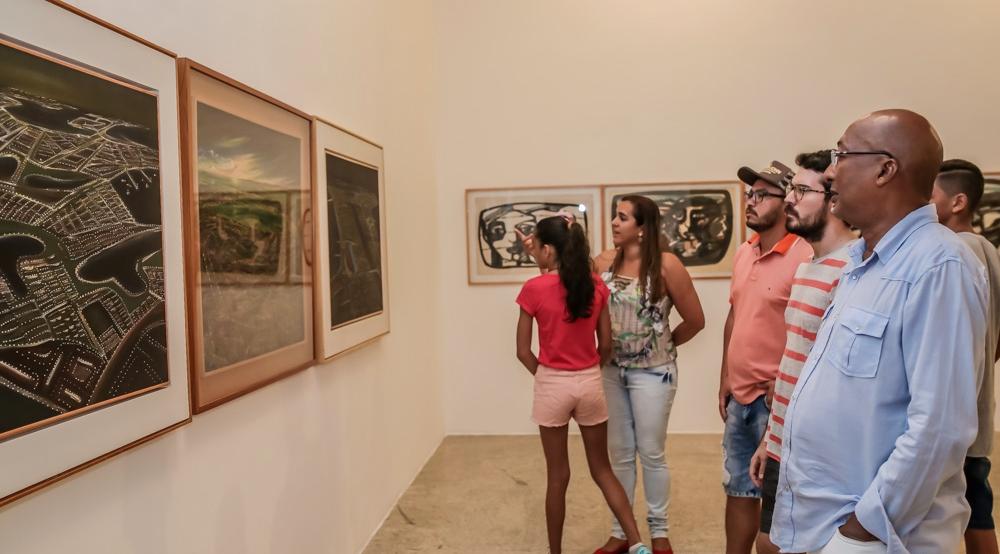 Público conferindo a exposição retrospectiva de Zé Tarcísio, durante a abertura