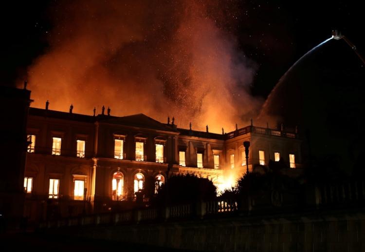 As chamas tomam conta do Museu Nacional, o mais antigo do Brasil, com 200 anos de história. Fotografia: Ricardo Moraes/Reuters