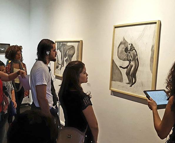 Visitantes durante a exposição  'Eu não estou louca' , primeira individual de Juliana Lapa