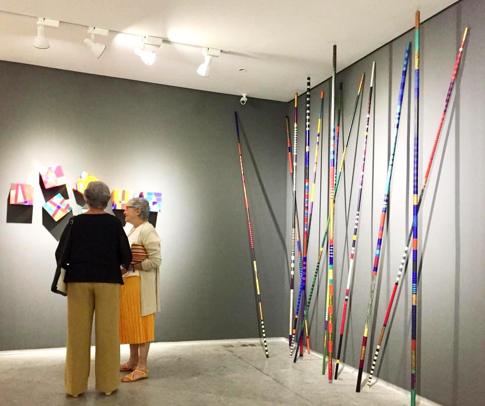 Visitantes durante a exposição retrospectiva que celebra os oitenta anos de vida da artista visual Maria Adair
