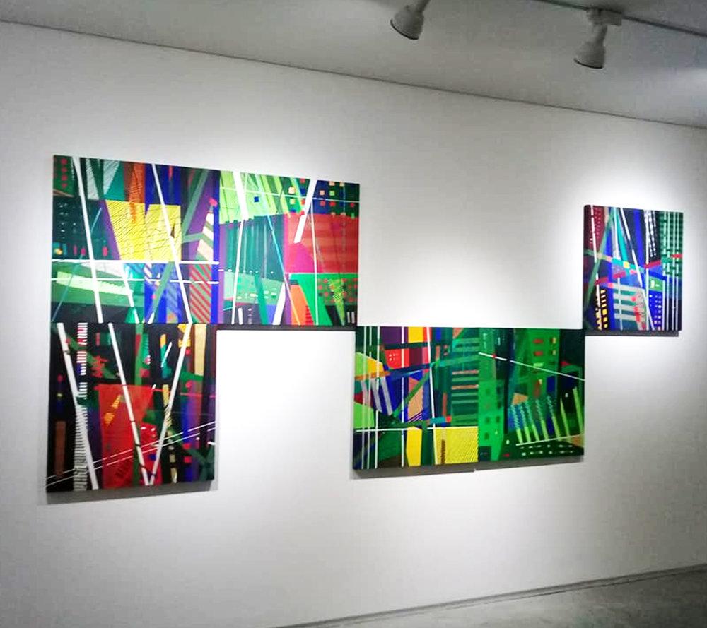 Embora utilize suportes variados, a pintura em tela ainda está presente no trabalho da artista