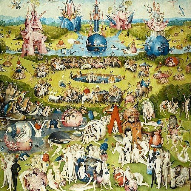 Já que vai rolar o sorteio de um livro sobre Hieronymus Bosch no próximo domingo (se você ainda não está sabendo, veja no feed a postagem oficial e saiba como participar), teremos uma semana especial por aqui, cheia de imagens da obra desse grande artista holandês! E a gente já começa com a sua obra-prima, o tríptico 'O Jardim das Delícias Terrenas' (1480-1490), que até hoje gera inquietação pela enorme quantidade de referências simbólicas e cenas fantásticas.  A pintura apresenta a história do mundo a partir da criação divina, representando Deus, Adão e Eva no jardim do Éden na asa esquerda e o inferno na asa direita. No centro, Bosch cria uma verdadeira alegoria sobre os prazeres mundanos, destacando a luxúria, que aparece na maneira libidinosa em que as figuras humanas se relacionam entre si e com curiosas frutas gigantes. Como resultado dessa festa (que parece estar mesmo deliciosa!), Bosch conduz nosso olhar para a terceira parte do tríptico, conhecida como 'O Inferno Musical', por causa dos numerosos instrumentos musicais que aparecem na composição (e que servem como máquinas de tortura). Aqui, o pintor nos mostra cenas sombrias, de agonia e punição, completando o discurso religioso da Igreja Católica, que ainda dominava boa parte da produção artística europeia no final da Idade Média.  Já conhecia essa obra? Diz aí nos comentários qual parte te impressiona mais! Tem muitos outros detalhes no livro. Participe do nosso sorteio e conheça muitas outras obras de Bosch! 😉  #hieronymusbosch #sorteio #promocao #sorteiodelivro #livro #bosch #arte #pigmumblog #jardimdasdelicias