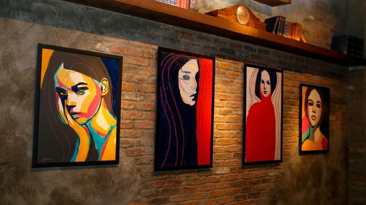 Os retratos pintados por Juca Máximo. Fotografia: Márcia Travessoni Galeria