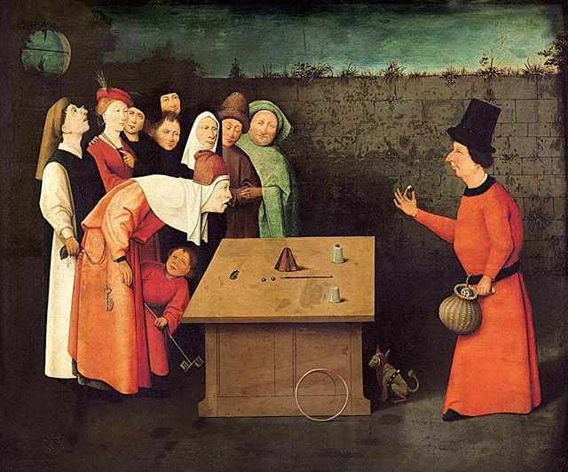 Sim, essa pintura também é de Bosch. Não é um tríptico, não está repleta de detalhes e figuras fantásticas, mas carrega um teor crítico e satírico a respeito das corrupções humanas e das tentações mundanas, assim como em outras obras do mestre. ⠀⠀⠀⠀⠀⠀⠀⠀ Em 'O Ilusionista' (1502, óleo sobre madeira), um pequeno grupo de curiosos observa os truques de um mágico, que carrega uma coruja em um cesto, o que provavelmente é um símbolo indicador de sua astúcia. Do outro lado do tabuleiro, um senhor inclina-se para frente e, distraído pelo truque do mágico (que faz expelir rãs da boca do senhor), tem sua bolsa furtada pelo homem que está logo atrás, como quem não quer nada. ⠀⠀⠀⠀⠀⠀⠀⠀ O ato de curvar-se também pode indicar a vulnerabilidade pela qual o senhor se submete, transformando-se em presa fácil. Bosch cria uma alegoria sobre a ignorância e a fragilidade humana, que facilmente se deixa manobrar pela malícia de fraudadores, hereges e falsos profetas. ⠀⠀⠀⠀⠀⠀⠀⠀ Gostou da pintura? Deixe a sua opinião! Lembrando que no domingo (21) teremos o sorteio de um livro sobre a arte de Hieronymus Bosch, com muitos outros detalhes sobre essa é outras obras do artista. Veja no feed a postagem oficial e saiba como participar.😉 ⠀⠀⠀⠀⠀⠀ ⠀⠀⠀⠀⠀⠀ #bosch #hieronymusbosch #sorteio #promocao #pigmumblog #artesvisuais #arte #pintura