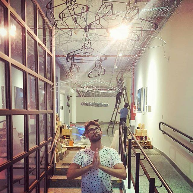 Olha lá um anjo rezando pra que tudo dê certo na montagem da exposição!  Tá todo mundo convidado pra abertuta da mostra 'Trajetórias e Derivas', nesta terça-feira, 13 de novembro, a partir das 18h, na Galeria Rubem Valentim, no Espaço Cultural Renato Russo 508 Sul, em Brasília. A exposição integra o II Seminário Internacional de Pesquisa em Design e eu participo com 2 instalações coletivas: 'Cartografias Sensíveis' e 'Imaginários Urbanos: a cidade e seus espelhamentos'. Quero todo mundo lá, hein!  Essa foi a primeira exposição que eu ajudei a montar, participando inclusive do processo de expografia. Foram 4 longos dias, mas cada minuto valeu a pena. Tô muito feliz com o resultado e com tudo que eu aprendi durante o processo. Obrigado a todo mundo que fez parte disso comigo! ❤  #montagem #exposicao #exposicaodearte #instalacaodearte #artesvisuais #expografia #espacoculturalrenatorusso #508sul