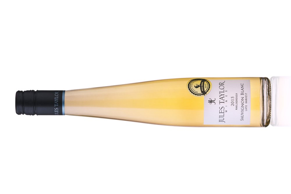 ジュルズテイラー  Late Harvest Sauvignon Blanc ソーヴィニヨンブラン(甘口)    原産地:: マルボロー  希望小売価格: ¥3980  375ml, 2015, 在庫あり  ジューシーでフレッシュ、魅力的な蜂蜜漬けのフルーツの香り。煮詰めたカリンや洋ナシ、甘いレモンやリンゴ、ソーヴィニヨン・ブランを思わせるハーブのニュアンスも感じられます。味わいは甘く、フレッシュでとてもフルーティ。クリスプな高い酸味に支えられたフルボディでふくよか。スパイシーなアジア料理のスープやもちろんデザートとパーフェクトなペアリング。  Delicate aromas of ripe stone fruits, honeysuckle and spiced orange. The palate is decadently sweet with concentrated flavours of mandarin, ripe nectarine and honey with hints of cloves. A soft line of acidity from its Sauvignon Blanc heritage cuts through the sweetness to balance the rich flavours to perfection. Luscious!  The bright light yellow/green 2015 vintage (4*) was handled without oak. It has a gently honeyed bouquet, leading into a finely balanced wine with rich, ripe, peachy, non-herbaceous flavours, slightly honeyed, sweet (169 grams/litre of residual sugar) and youthful. Well worth cellaring     詳しく