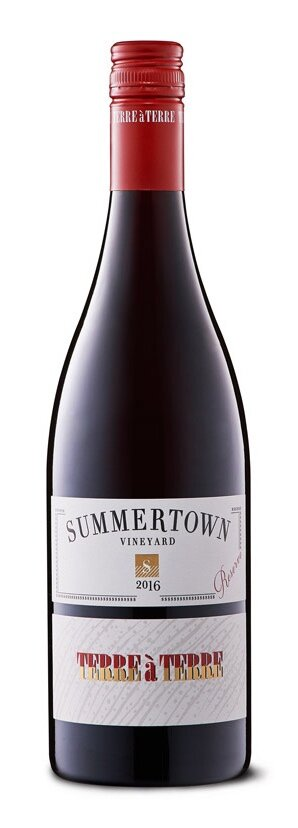 TERRE À TERRE PINOT NOIR PICCADILLY VALLEY| テッレ ア テッレ ピノ ノワールピカディリー ヴァレーサマータウン ヴィンヤード   ¥ 5,100, 2017, 750ml, 13.9%  ブラックチェリーとさくらんぼ、ダークプラム、ルートスパイス、秋の藁、薪の煙、そして低木の香りがする、凝縮感のあるピノ・ノワール。また非常に粘性もあります。 酸味は全体に広がるタンニンの粒に溶け込み、カルダモン、アニス、クローブの香りとともに溌剌さをもって流れていくよう。 オークの流れにバニラアイシングのフルーツ感がきちんと寄り添います。 フィニッシュは心地よい苦味を伴う、赤系果実の味わい。   Ned Goodwin 93 points  1987Hand-picked MV6, G5V8, D5V12, D2V550% new, 50% old 9 months  A densely fruited pinot of black and red cherry, dark plum, root spice, autumnal mulch, wood smoke and briar notes, this is sappy and sweet of fruit. It is stridently persistent, too. A stream of acidity melts into a good whack of whole cluster tannins, crunchy and laden with cardamom, anise and clove. A drift of oak, a vanilla icing to the fruit, snuggles in nicely. Finishes with a clang of tangy red fruit.   James Suckling 90 points   Aromas of sappy raspberries, cherries and rose-like floras, leading to a palate that has a smooth array of sinewy tannins. A crunchy, flavorsome finish.