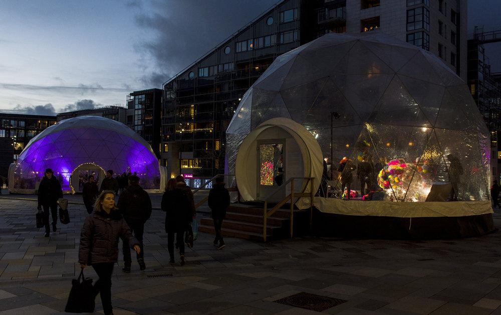 Encircled Inward (2018) Aker Brygge, Oslo ca 560 pompoms, mirror mosaic, acrylic mirrors, carpet 77m2  Photo: Hagelund/Christensen