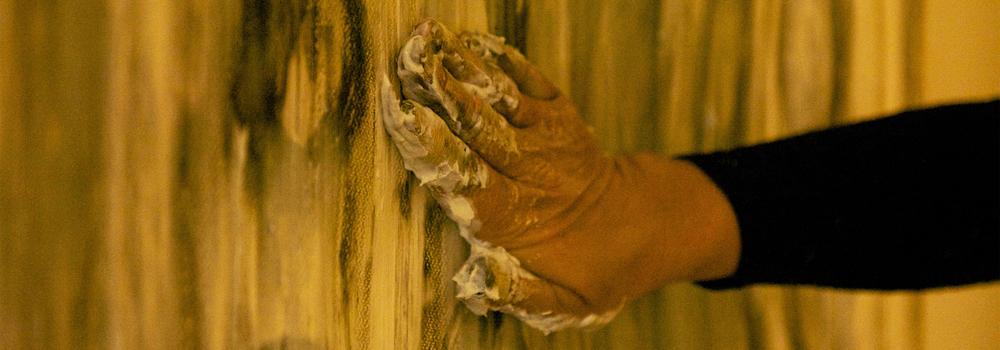 Store pensler er gode men det må ikke være avstand mellom meg og lerettet, jeg må kunne bruke hendene.