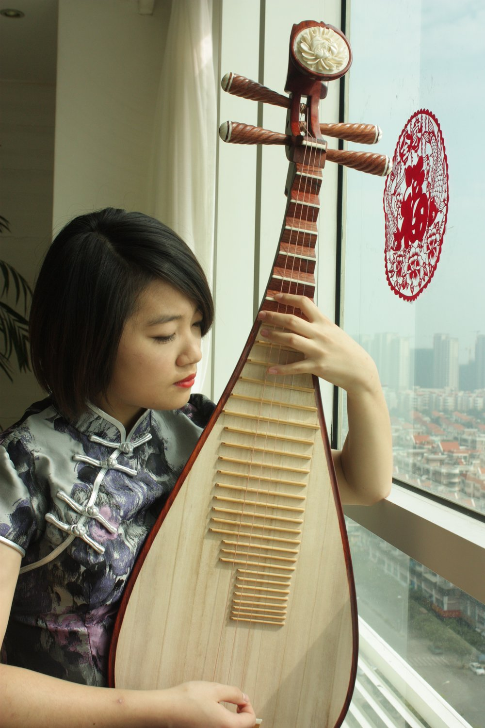 Li Xinyang playing pipa