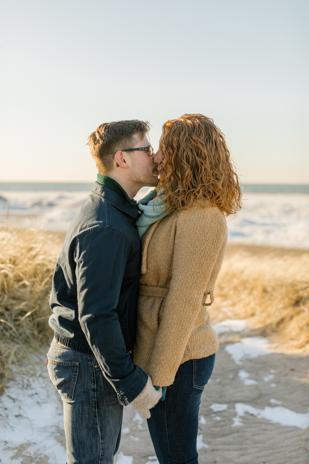 engagement-photography-fiance-kissing