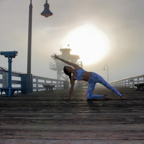 San Clemente Pier. Yogi: @rima_danielle in @vieactivewear.