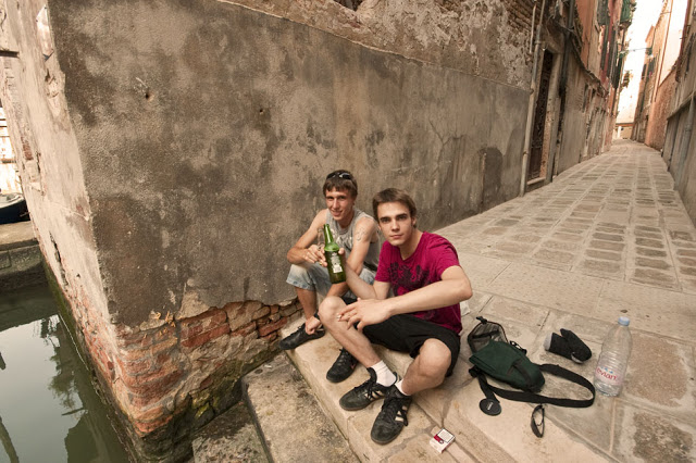 Dennis Marciniak & Nikola Karovic enjoying a beer in Venice