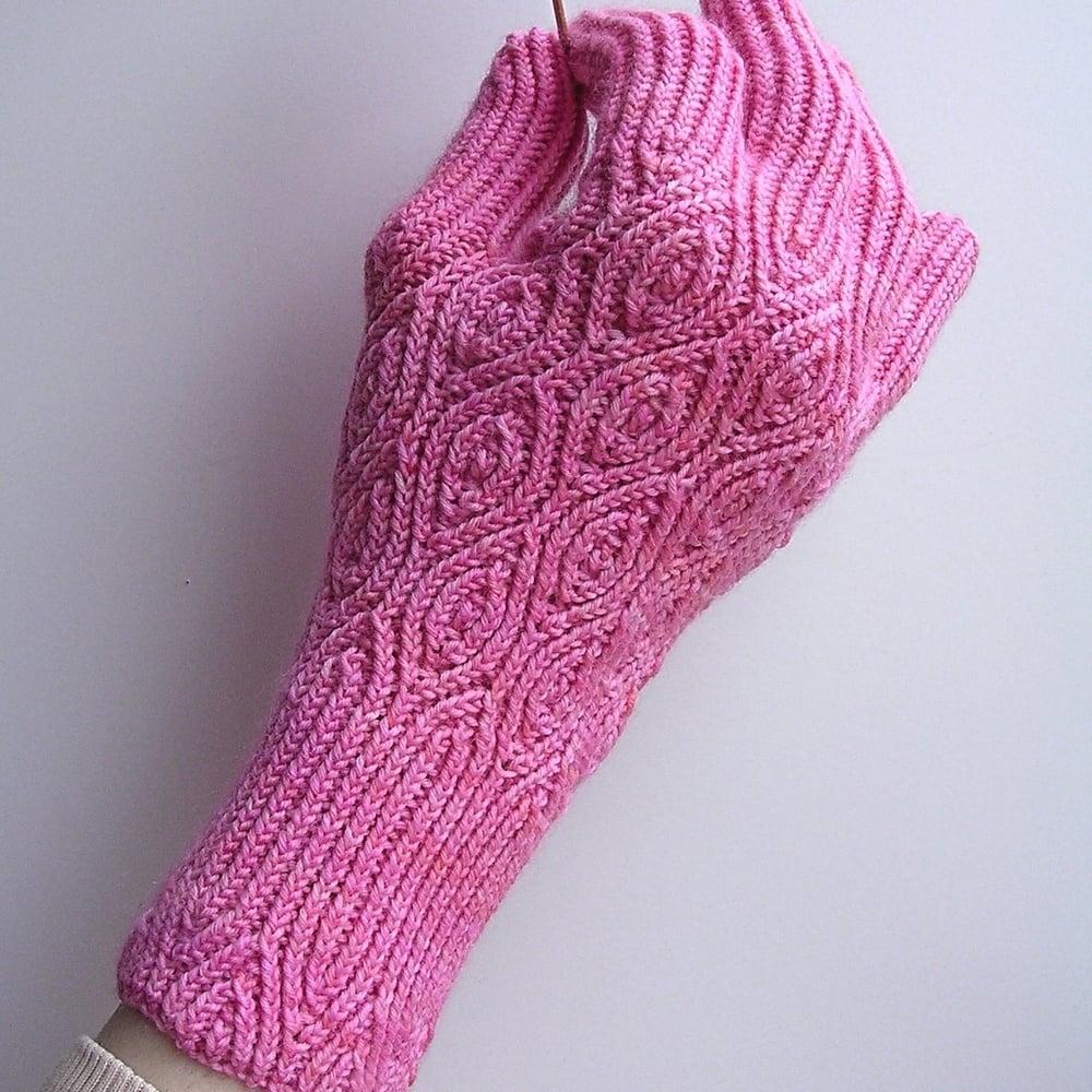 Crème de Noyaux Gloves
