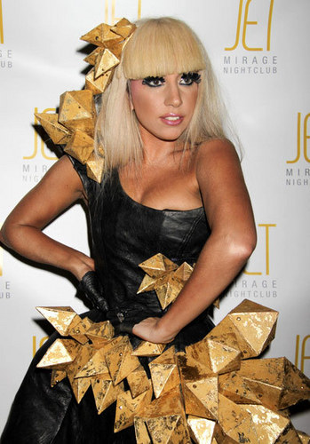 lady-gaga-black-dress-lady-gagas-fashion-13826786-349-500.jpg
