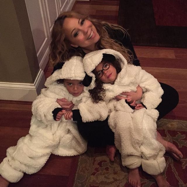 Mariah-Carey-Carves-Pumpkins-Her-Kids-2015.jpg