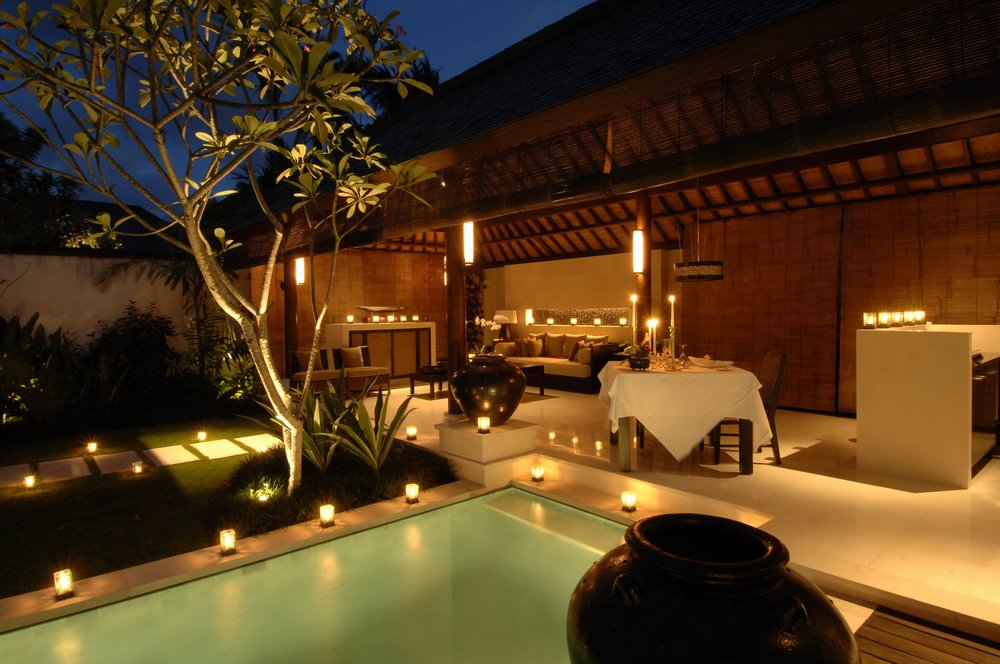 Candle-light-romantic-backyard-dinner-swimming-pool-with-outdoor-candle-decoration-infront-of-romantic-pavilion-decoration-ideas-romantic.jpg