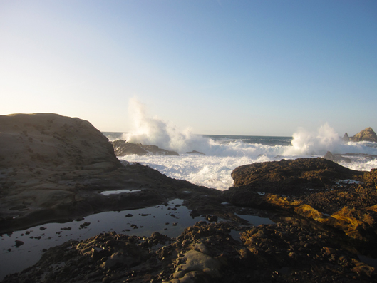 L'Océan Pacifique s'écrasant sur des roches volcaniques