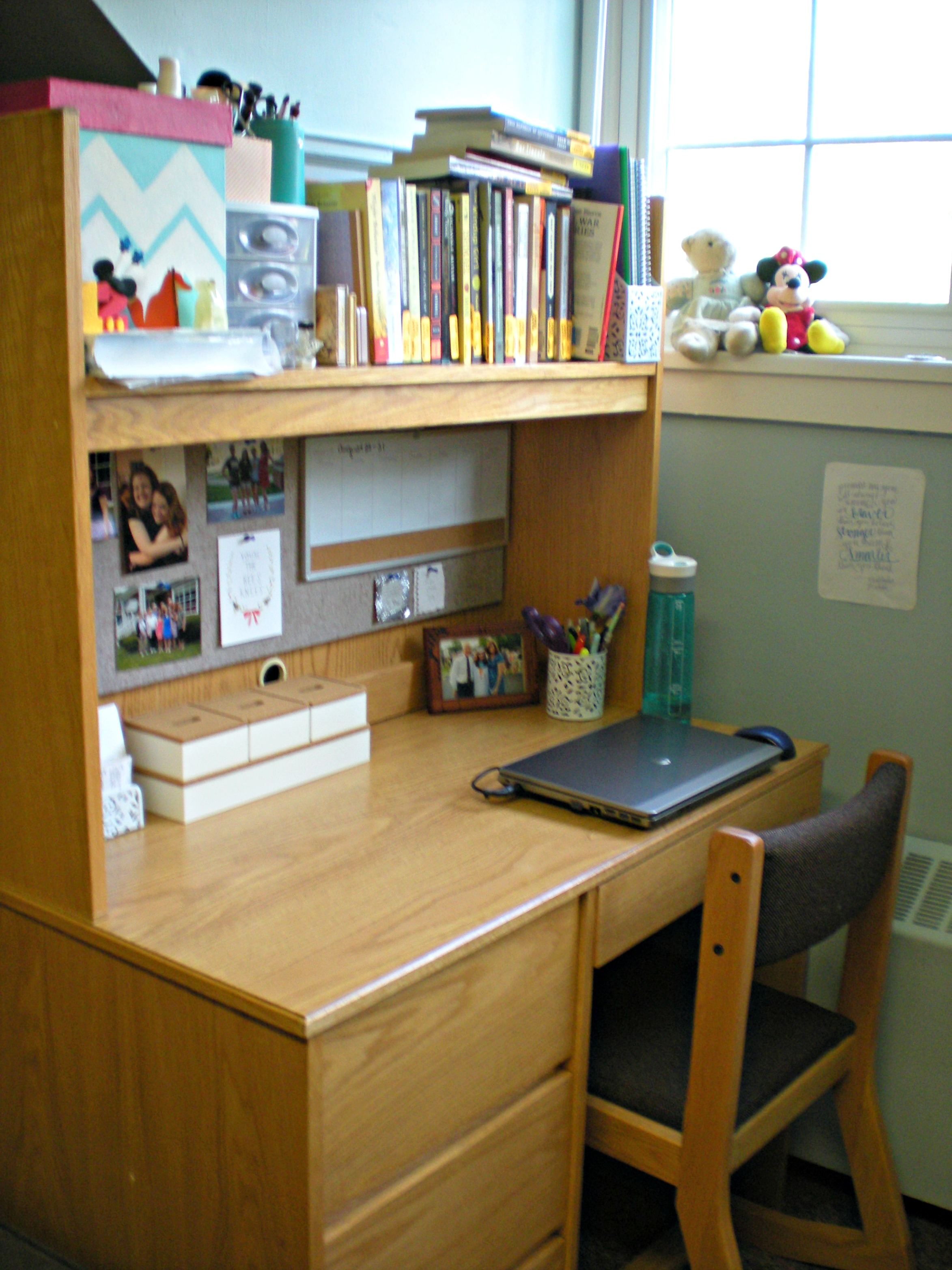 What's on My Desk: College Edition | Scribbling in the Margins blog