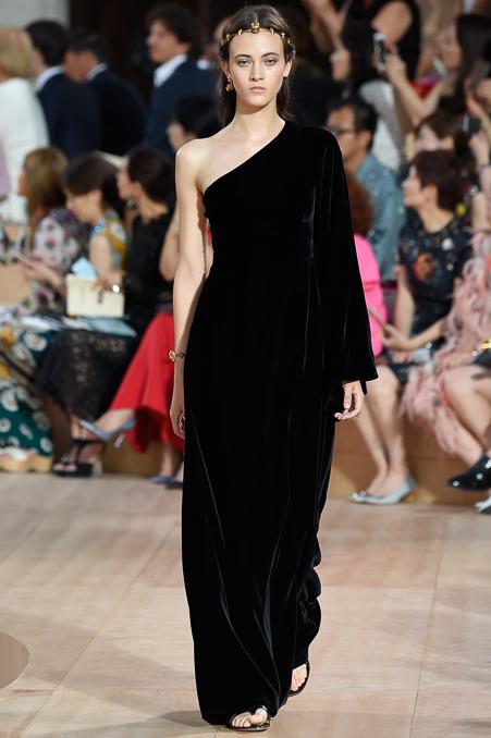 asids :     Greta Varlese at Valentino Fall/Winter 2015 Couture