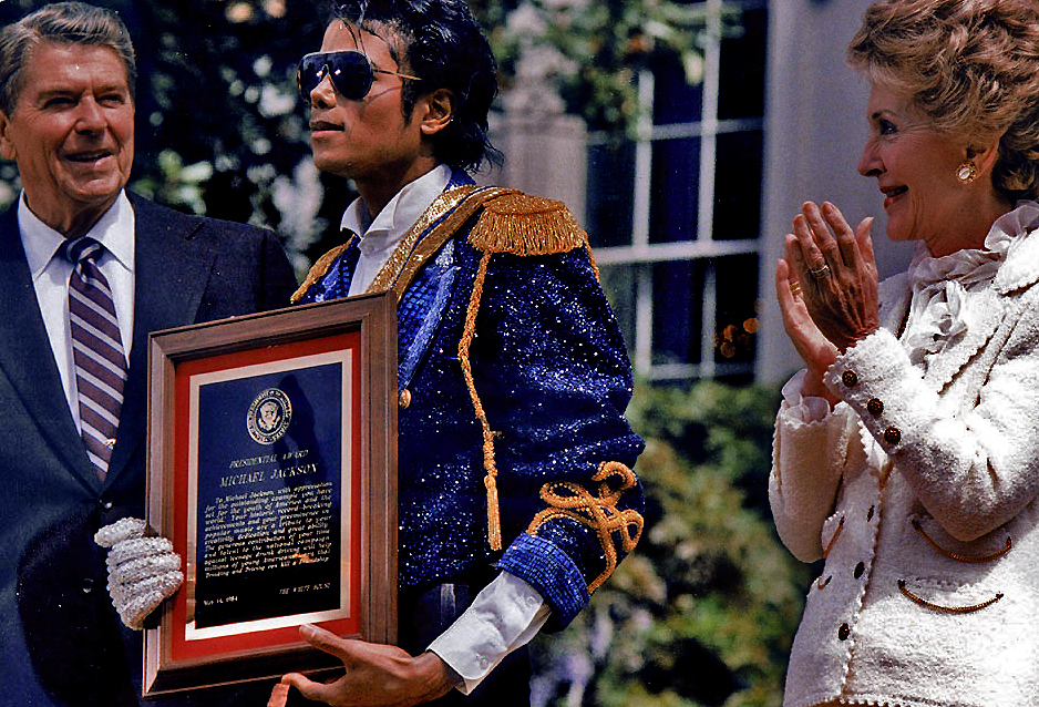 mjsloveslave: The President of the United States receives an award from an elderly White couple.