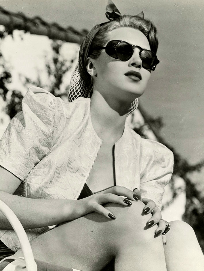 maudelynn :      Lana Turner at home, c.1941   via grapefruitmoongallery.com