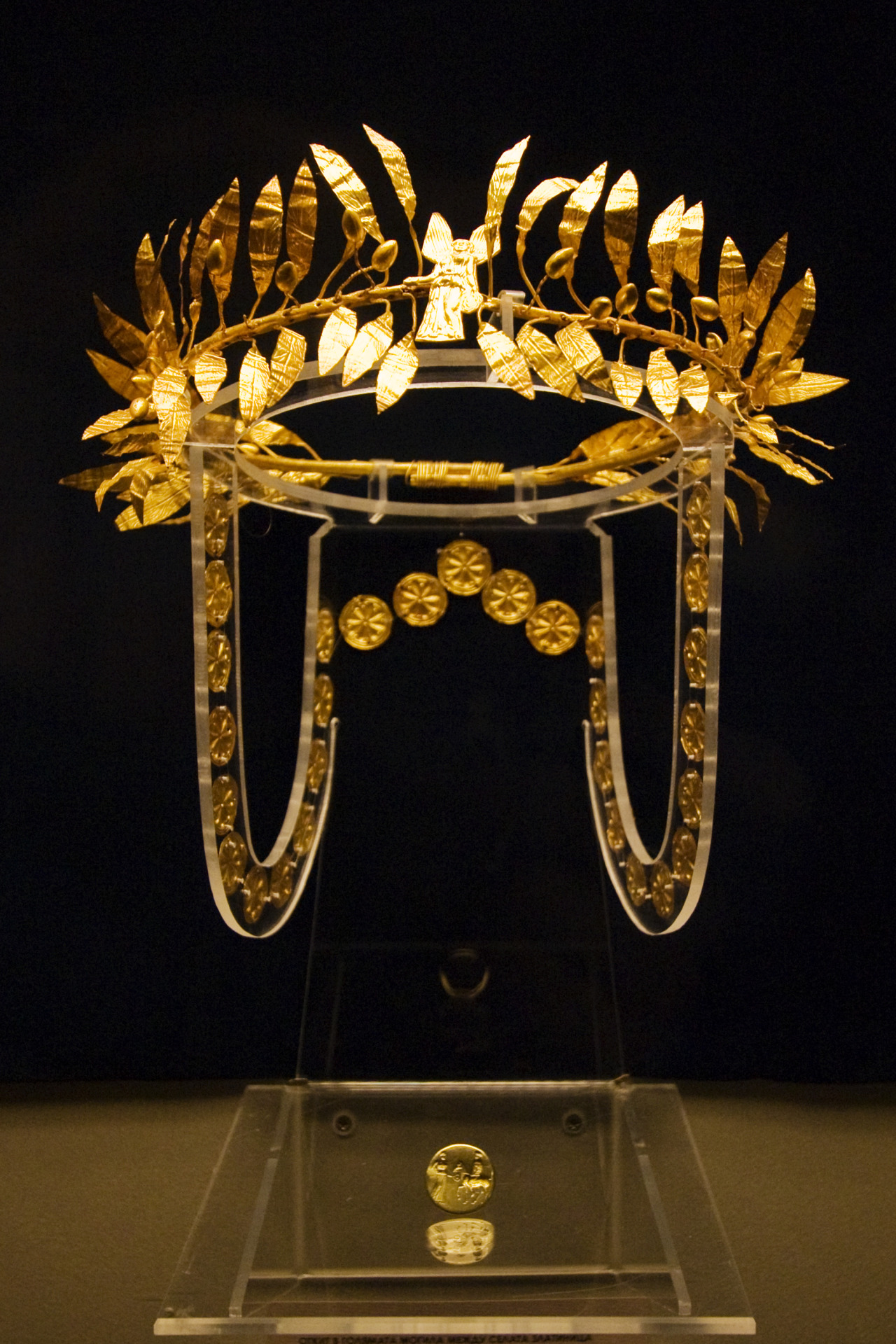 ancientart: Odrysian Wreath from Golyamata Mogila. A golden wreath and ring from the burial of an Odrysian Aristocrat at the Golyamata Mogila tumulus, situated between the villages of Zlatinitsa and Malomirovo in the Yambol region. Dated to the mid 4th century BC. Courtesy & currently located at the National Museum of History in Sofia, Bulgaria. Photo taken by vintagedept.