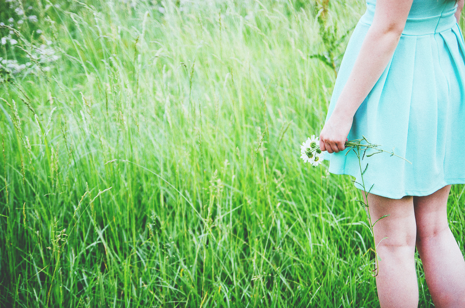 Indianapolis senior photographer Ashlee Lauren photographs fashionable blonde girl wearing a mint dress. Beautiful fields give a carefree vibe to this photography session, filled with wildflower photography, daisies, green grass, and nature photography. Ashlee books sessions for families, children, teens, models, and high school seniors in Indianapolis Indiana, Fishers Indiana, Carmel Indiana, Fort Wayne Indiana. She provides family photography, baby photographs, senior portraits, model test shoots and model head shots. Her photography style is a blend of modern and vintage. She loves her camera and loves shooting at beautiful outdoor locations. She has lots of photography ideas for families, and ideas for senior portraits that are fun and beautiful. Elegant lifestlye photography and styled portrait sessions are Ashlee Lauren's specialties.