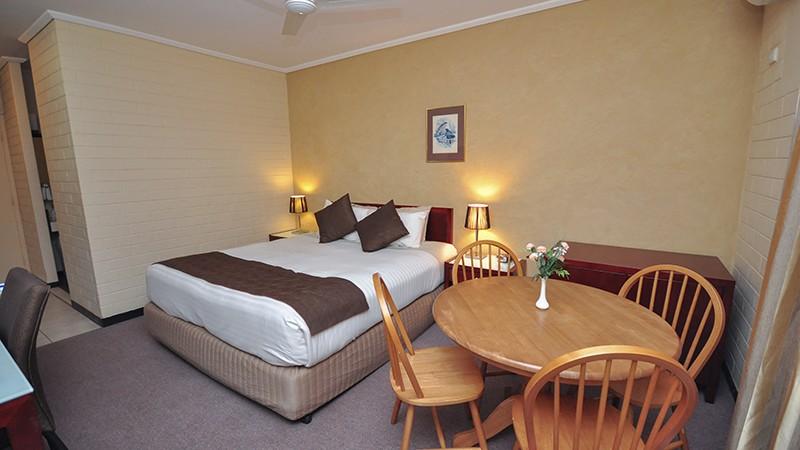 alexander_motel_whyalla_deluxe_queen_room.jpg