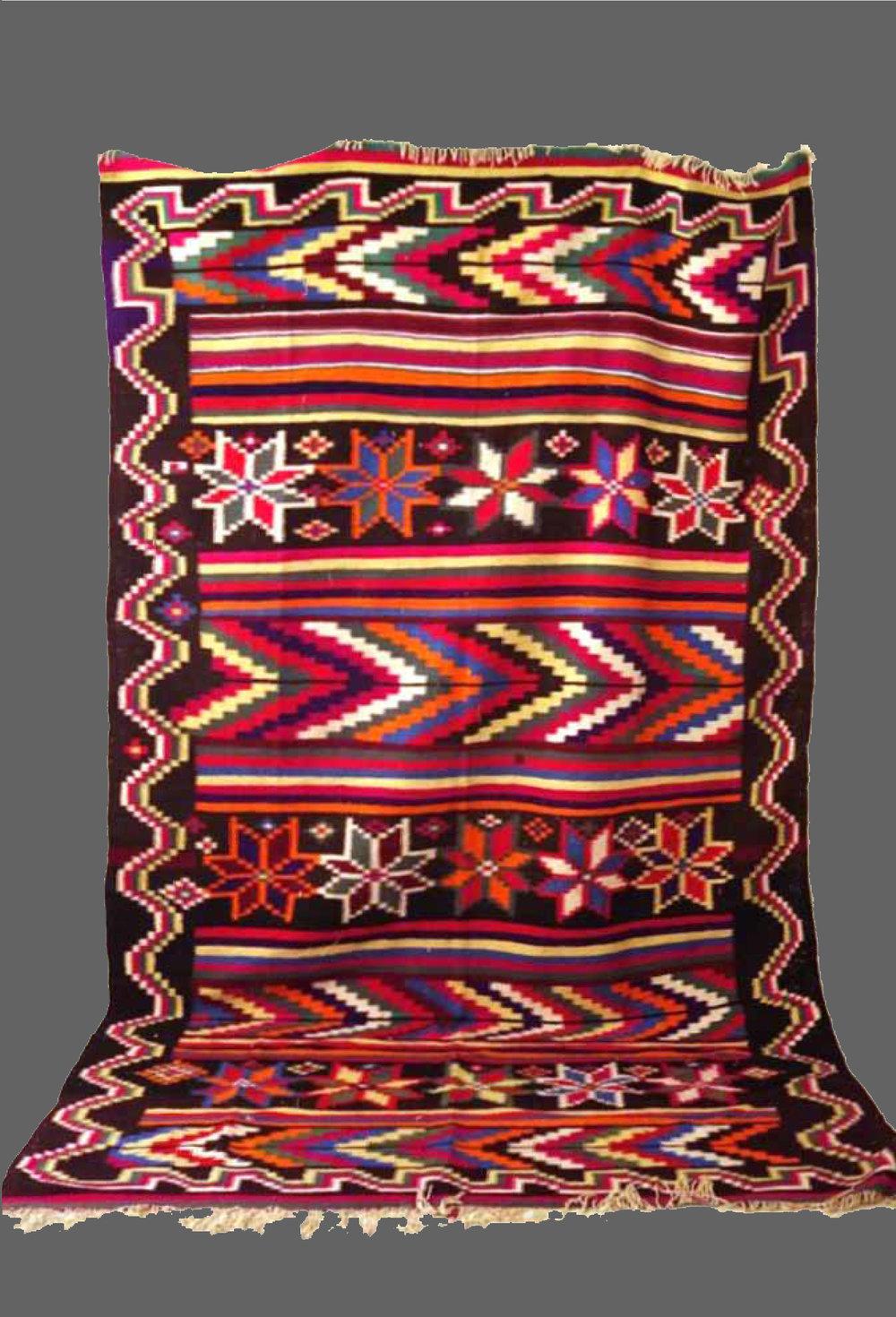 Ethnie : Gafsa  Origine : Tunisie  Année : 1980  Dimensions : 3,45 x 2,10  Technique : Tissage serré  Description : Kilim , riche en couleurs, variation de graphisme, fleurs et lignes  Référence : KG 002  Prix : 900€