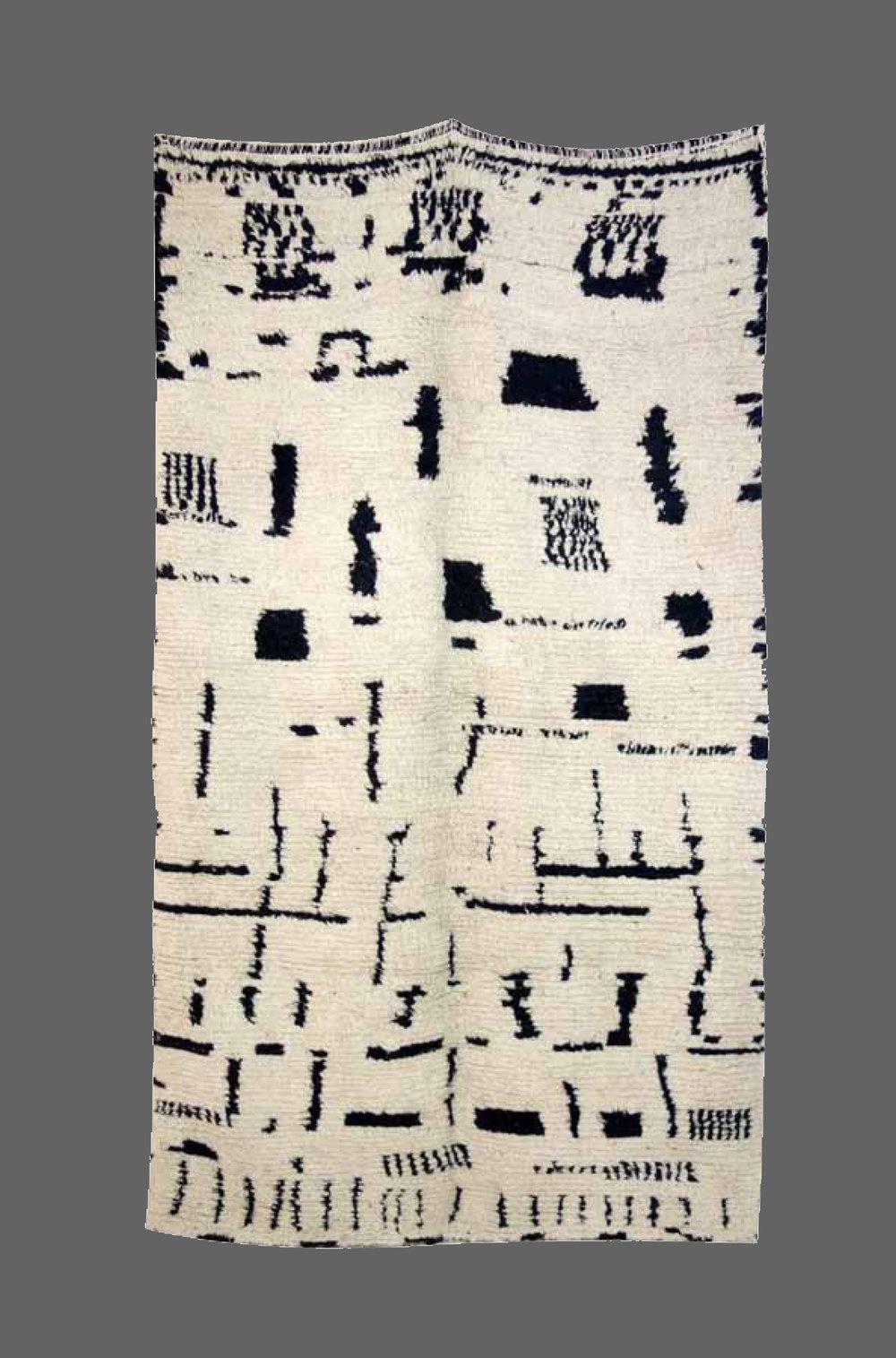 Ethnie : Azilal  Origine : Maroc , Haut Atlas  Année :1980  Dimensions : 2,17 x1,26  Technique : Noeuds noués, ras, blanc  Description : tapis au design très ethnique et original. pièce rare  Référence : AZL 003  Prix : 1100€