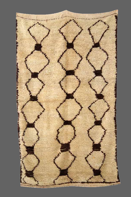 Ethnie : Azilal    Origine : Maroc Haut Atlas    Année : 1980    Dimensions : 2,40 x 1,28    Technique : Fait main, noeuds noués    Description : épaisseur de la laine, médium, design original, beige    Référence : AZL 002    Prix : 1200€