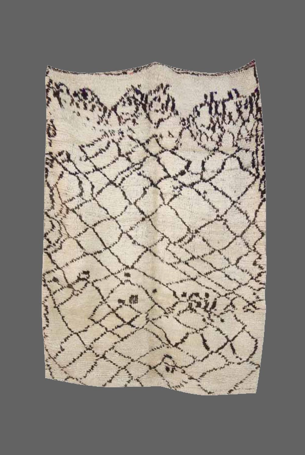 Ethnie : Azilal  Origine : Maroc , Haut Atlas  Année : 1980  Dimensions : 2,40 X 1,35  Technique : Fait main, noeuds noués  Description : très beau design, original, jeu de noir et de marron foncé  Référence : AZL 004  Prix : 1000€