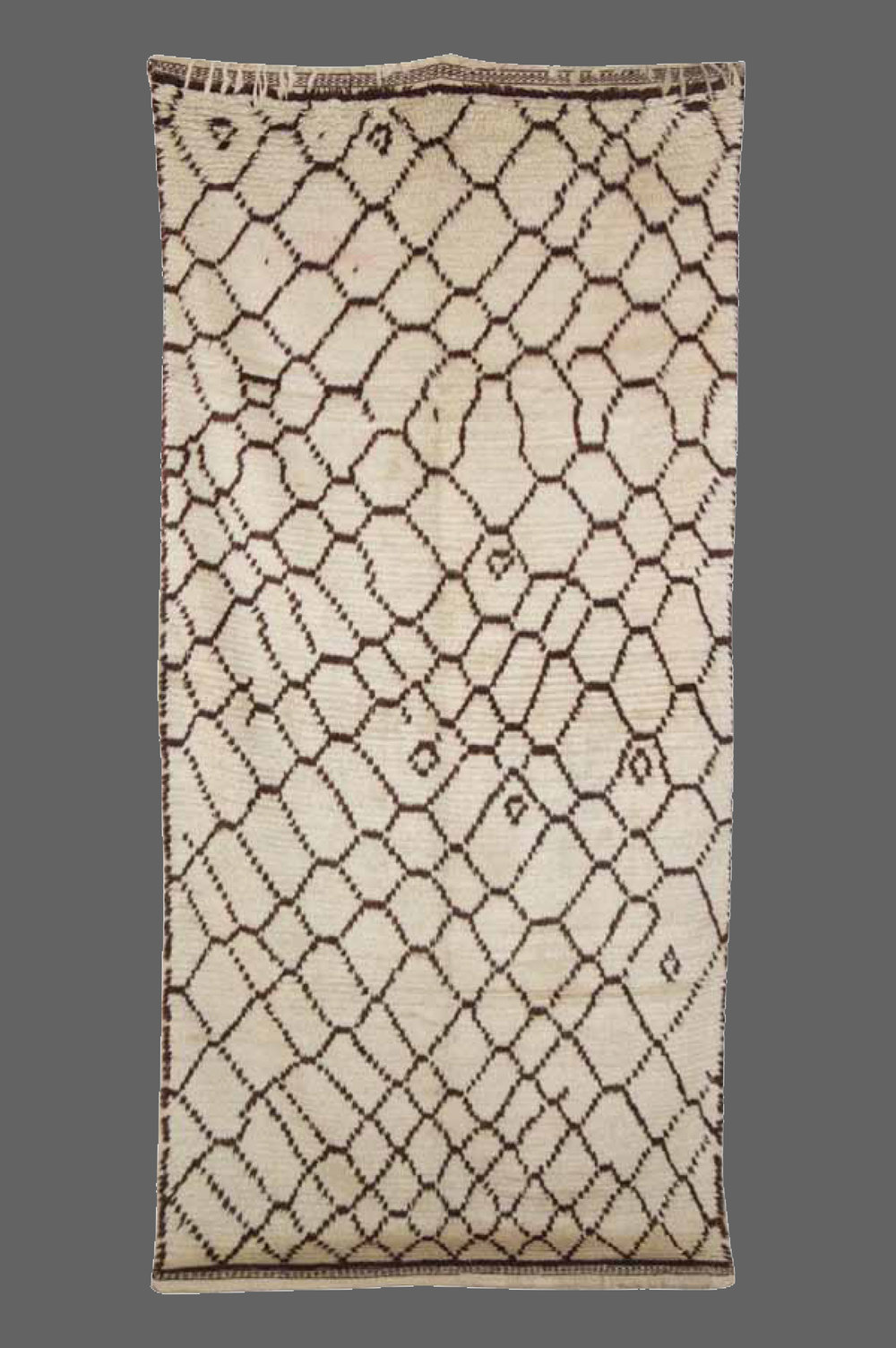 Ethnie : Azilal    Origine : Maroc Haut Atlas    Année : 1980    Dimensions : 2,58 x 1,24    Technique : Noeux noués, ras, légèrement beige    Description : superbe qualité de laine, design faussement classique    Référence : AZL 006    Prix : 1400€