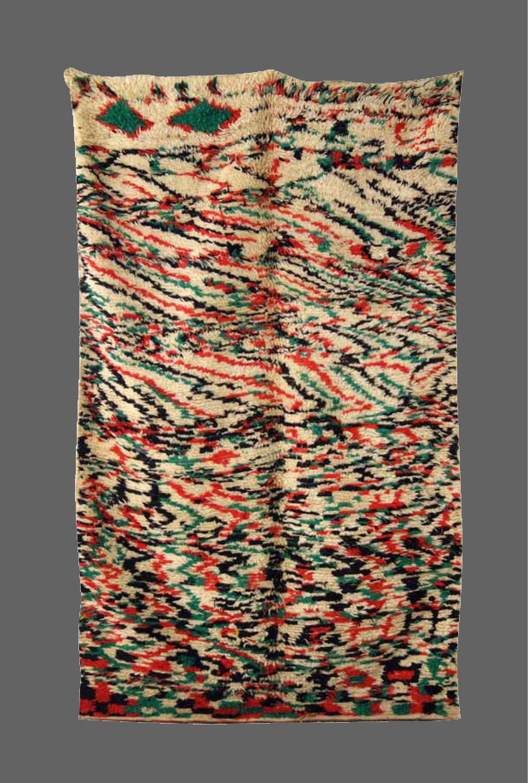 Ethnie : Azilal  Origine : Maroc, Haut Atlas  Année : 1970  Dimensions : 2,60 x 1,42  Technique : Laine épaisse, fait main, noeud simple  Description : rare design , jeu des couleurs , très belle qualité de laine  Référence : AZL 007  Prix : 1400€ réservé