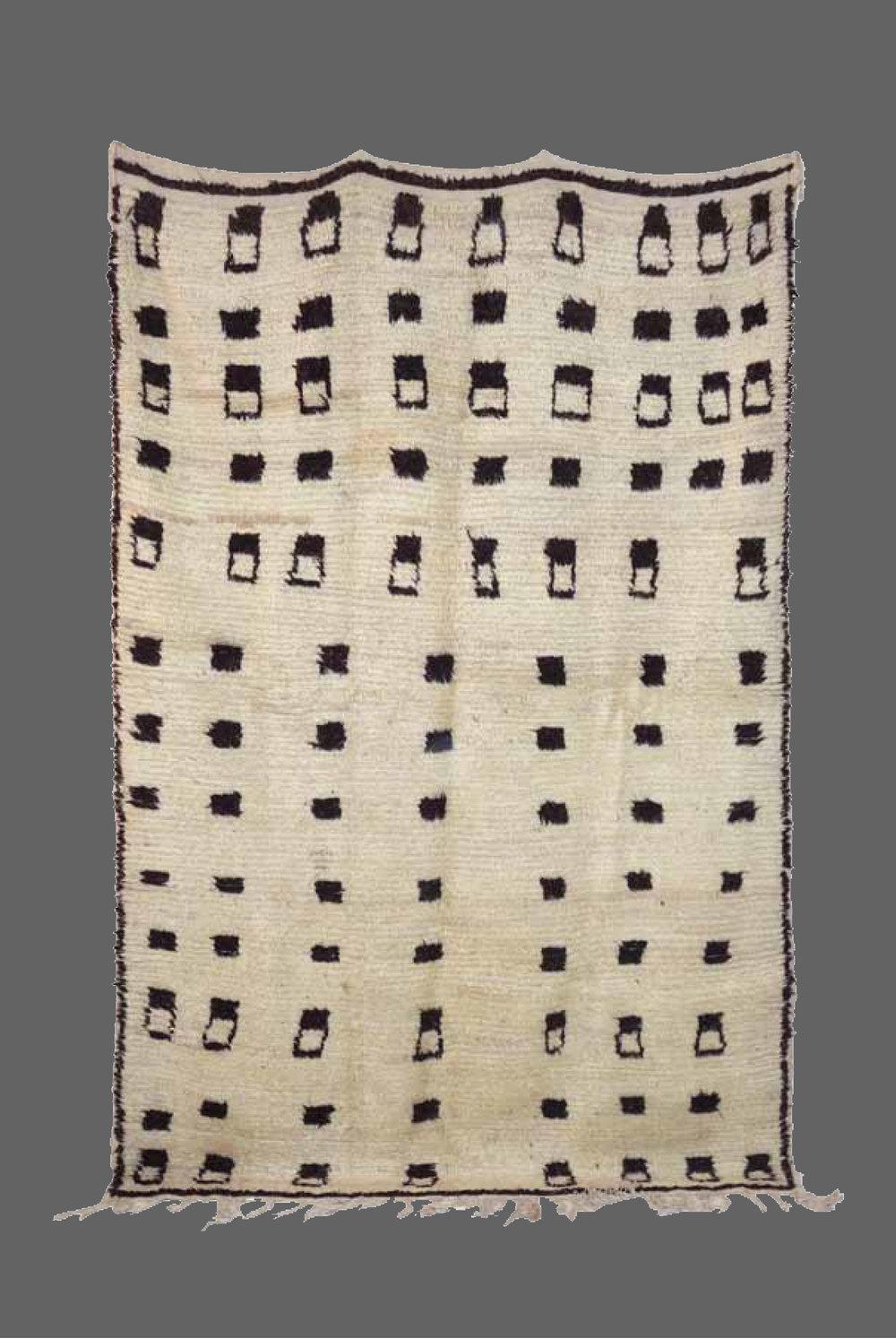 Ethnie : Azilal    Origine : Maroc Haut Atlas    Année : 1980    Dimensions : 2,53 x 1,70    Technique : Noeuds noués, ras, très belle laine    Description : design trés original, le rend trés moderne    Référence : AZL 010    Prix : 1300€